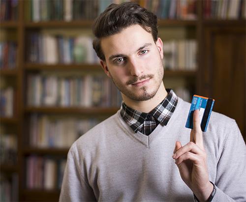 man met kredietkaart